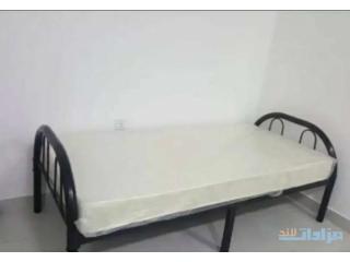 سرير مع طاوله