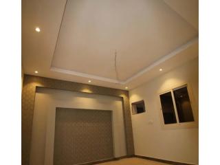 شقه جديده 4 غرف امامية مدخلين في حي الزهراء